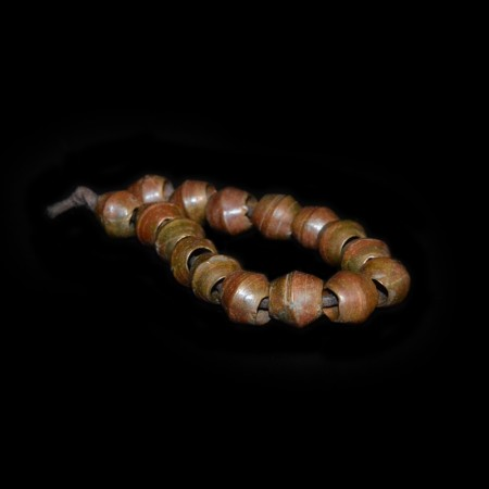 Antike afrikanische rote Messingperlen