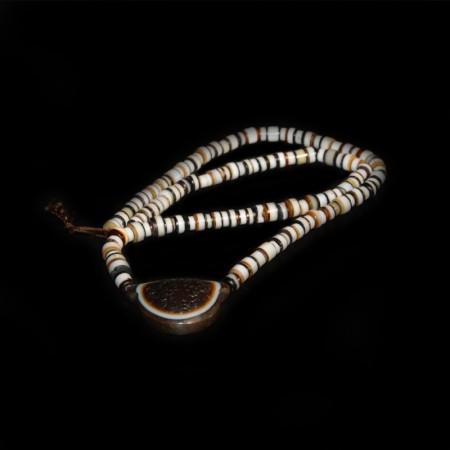 Antikes tibetisches Augen Achat Amulett und Perlen