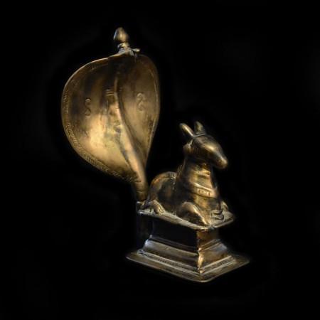 Antike Nandi mit Cobra Statue
