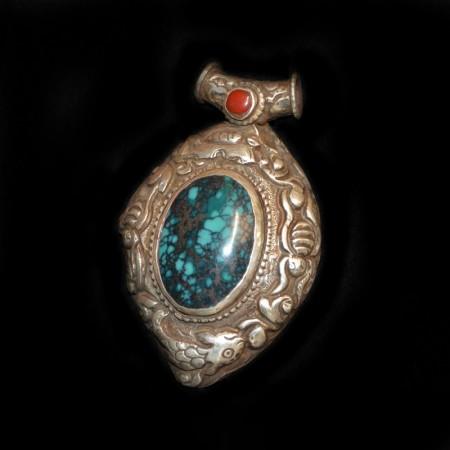 Alter tibetischer Silberanhänger mit Türkis und Koralle
