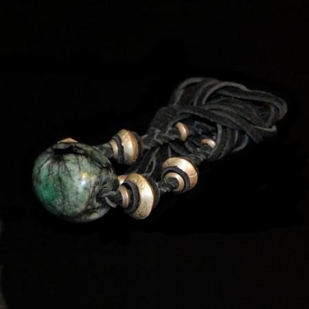 Smaradgperle mit tribal Silberperlen auf Leder
