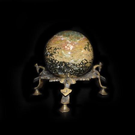 Orbicular Jaspis Kugel mit antikem Messingständer