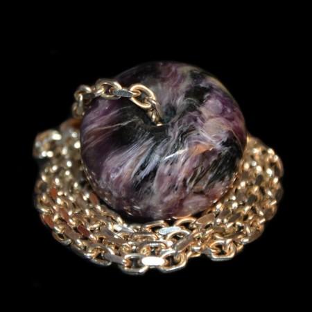 Grosse Charoit-Perle mit Silberkette