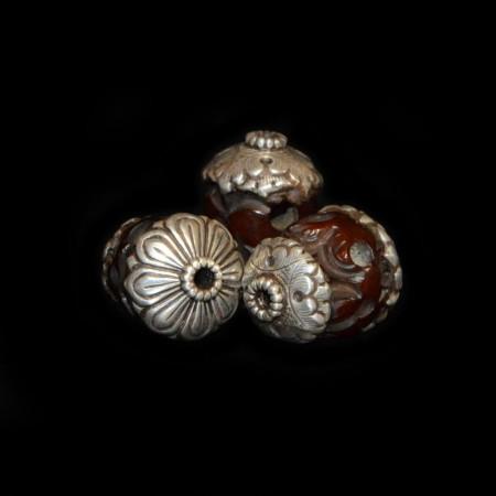 Drei in Silber gefasste simulierte Bernstein Totenköpfe